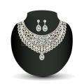 20214773-金のネックレスとイヤリング-ホワイトの貴重な石で女性のイラスト[1]