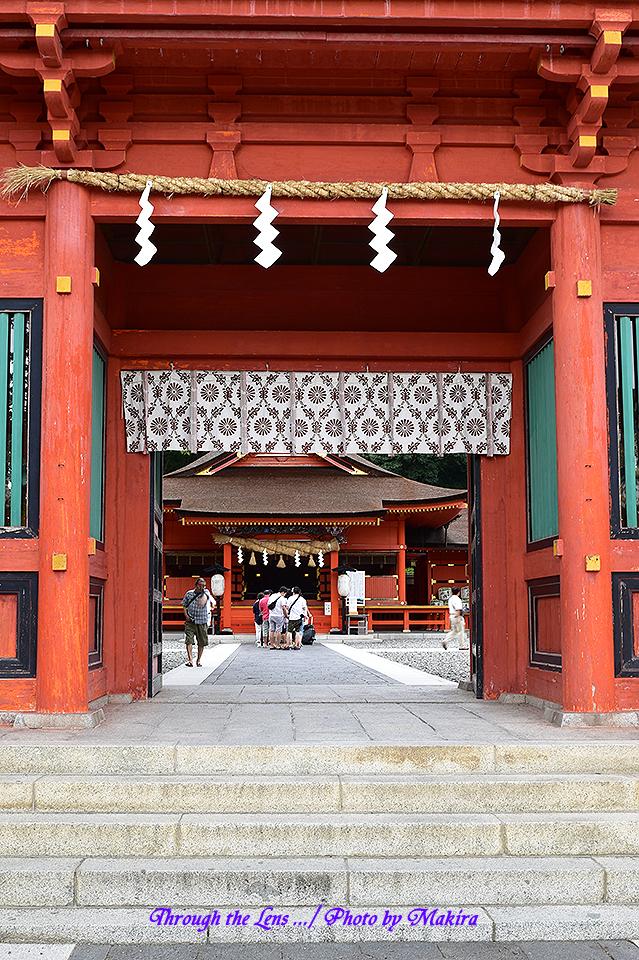 楼門から拝殿を望む56D1