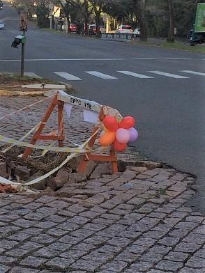 道路の穴(風船) (2)