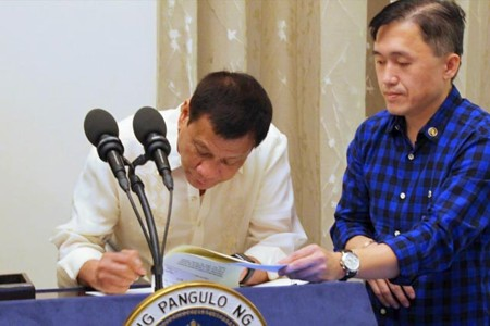 rodrigo-duterte-signs-foi-senators (1)