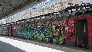 車体に落書きされた列車