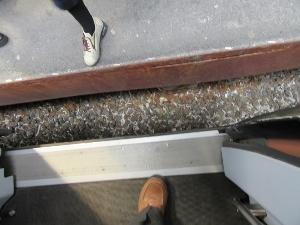 線路に捨てられた煙草の吸殻