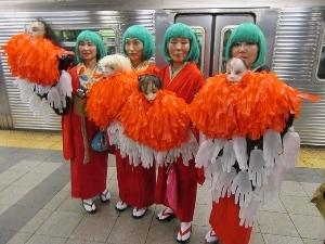 パレードに向かう途中の地下鉄で