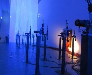 機関銃とその影を投影した作品