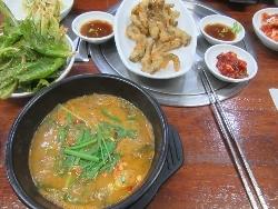 ドジョウの天ぷら(右上)とドジョウ鍋