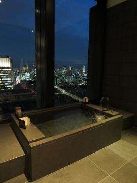 外の灯りが綺麗な時間の浴室