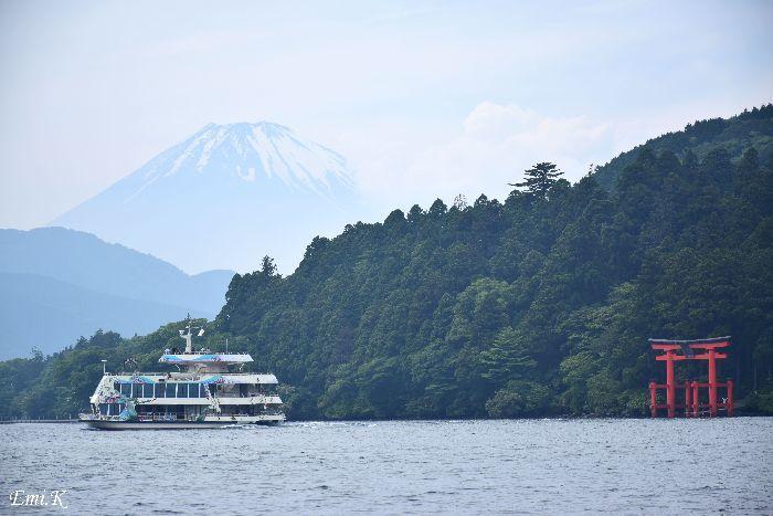 024-New-Emi-遊覧船-富士山-箱根神社の鳥居