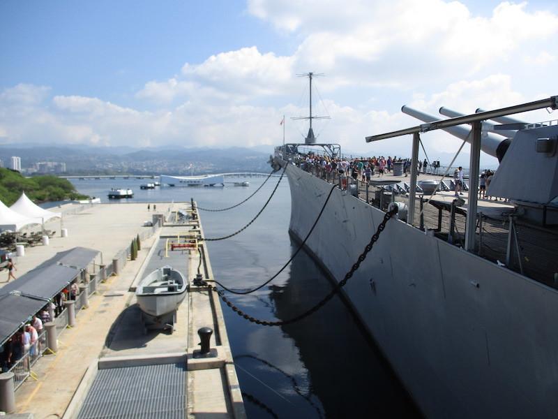 3_真珠湾アメリカ海軍基地係留されている戦艦ミズリー号(手前)800x600