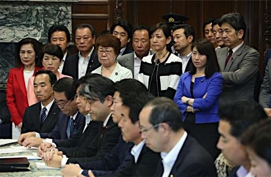 参院議院運営委員会に詰め掛けた野党議員(後方)ら=14日午後、国会内