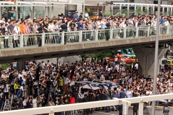2マスコミは、日の丸を踏みつぶしながら「安倍やめろ」の大きな幕を掲げたテロ集団に忖度して偏向報道