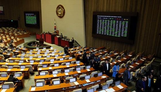 2016年3月2日夜、国会本会議でセヌリ党が出したテロ防止法に対する表決が始まるとすぐ野党議員が退場している。テロ防止法案はセヌリ党議員156人の賛成で通過した。野党では「国民の党」キム・ヨンファン議員が唯一