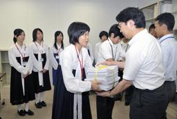 文科省を訪れ、署名を手渡す朝高生代表たち