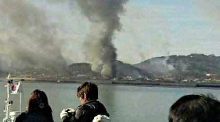2010年11月23日午後、北朝鮮の砲撃を受け、大きな煙が上がる延坪島。韓国軍が反撃し、南北間で砲撃戦に発展、韓国軍海兵隊員2人が死亡したほか、隊員15人以上が重軽傷。民間人3人もケガをした。