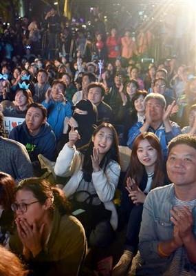 「共に民主党」の文在寅(ムン・ジェイン)候補の開票結果が伝えられると、光化門近くの広場に集まった聴衆からは歓声が上がった=9日午後、韓国・ソウル(川口良介撮影)(写真:産経新聞)