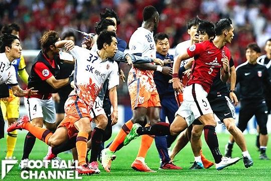 乱闘騒ぎを起こす済州の選手【写真:Getty Images】