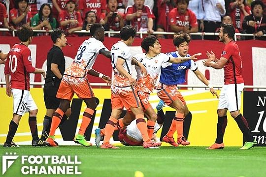 浦和の選手たちと衝突した済州ユナイテッド【写真:Getty Images】