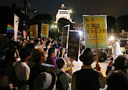 「共謀罪」の構成要件を改めた「テロ等準備罪」を新設する組織犯罪処罰法改正案が参院で成立する見通しとなった14日夜、東京・永田町の国会議事堂前には、法案に反対する数千人の人々が集まった。
