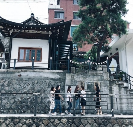 23日、韓国・朝鮮日報によると、韓国政府が福祉・雇用創出の財源を確保するため来年20兆ウォン(約1兆9300億円)以上の赤字国債発行を計画するなど、本格的な財政赤字の様相を呈してきた。写真はソウル・三清洞。