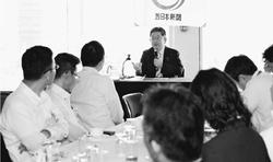 (写真)「二水会」の勉強会で話をする小池晃書記局長=13日、東京都千代田区
