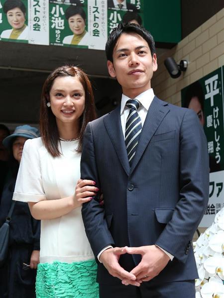 東京都議選 平愛梨さんの弟、平慶翔氏が事務所開き 姉も緑フリルのワンピースで登場