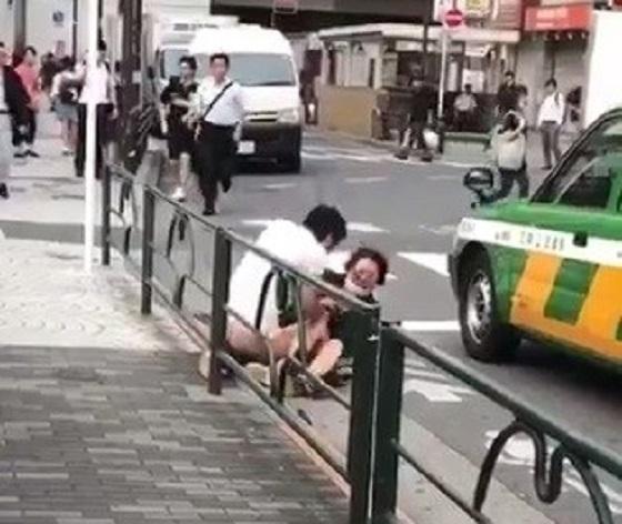 【動画】通勤時間に堂々と強姦するマンが池袋で発見される