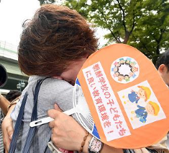 「勝訴」を喜ぶ大阪朝鮮高級学校の関係者ら=大阪市北区で2017年7月28日午前11時12分、大西岳彦撮影