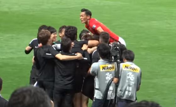 槙野智章選手はチームメンバーと喜んでいただけでした