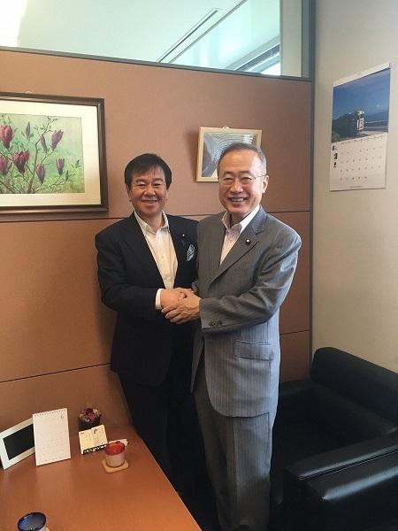 有田芳生参議院議員が私の部屋に来てくださいました。一橋大学で行われる予定だった百田尚樹先生の講演について書いた特定の議員は有田さんではない事を確認。共に差別と戦って行こうと誓い合いました。人を敵意へと