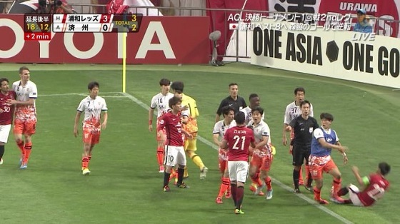 1ベンチから韓国人選手が飛び出してきてエルボーかます→1発レッド