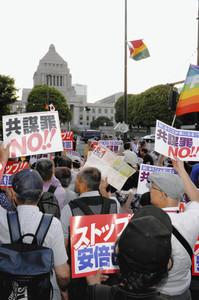 「共謀罪NO!!」のプラカードなどを掲げ抗議行動をする人たち=19日、国会前で