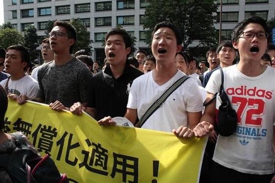朝鮮学校無償化訴訟で原告敗訴となり、集まった関係者らが抗議の声を上げた=13日午後、東京地裁前(加藤園子撮影)