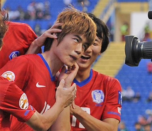 日韓戦でPKを決めた奇誠庸(キ・ソンヨン)がカメラの前に走って行き、日本人を人種差別するために左手で顔をかくしぐさの「猿セレモニー」