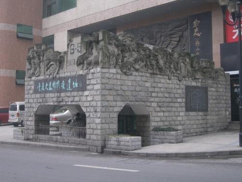 重慶の町の中心部 銀行の前に地下鉄の入口の様に、入口が有ります。