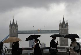 英ロンドンのロンドン橋を歩く通勤者