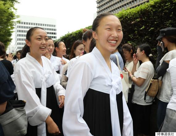 高校授業料無償化訴訟の判決で勝訴し、喜ぶ朝鮮学校の生徒ら=大阪市北区の大阪地裁前 撮影日:2017年07月28日