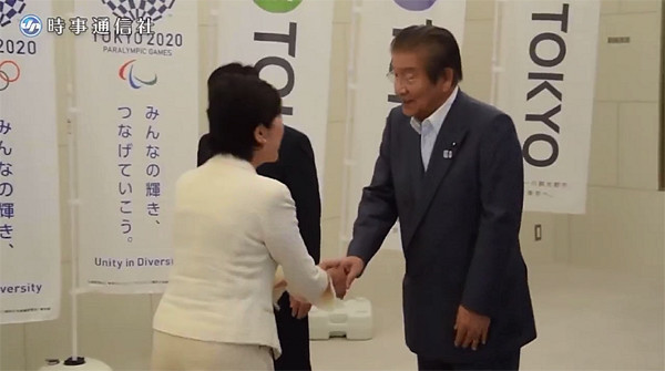 川井重勇東京都議会議長と小池百合子東京都知事は丁寧に会釈をかわしながらしっかりと握手していた!