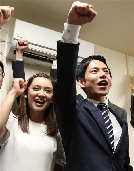 平愛梨さんの弟、平慶翔氏が事務所開き 姉も緑フリルのワンピースで登場