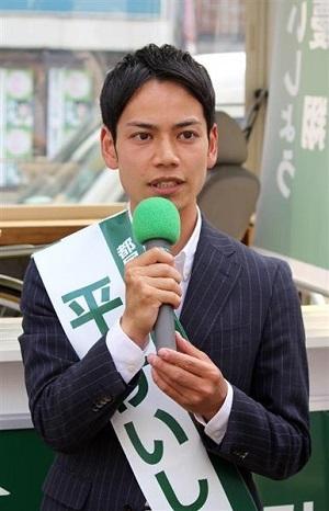 街頭演説を行う都民ファーストの会の平慶翔候補 =29日午後、東京都板橋区