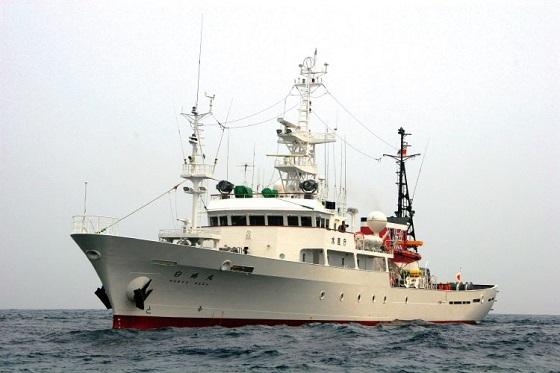 航行中の漁業取締船「白鷗丸」(写真提供:水産庁