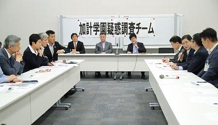 学校法人「加計学園」の獣医学部新設をめぐる問題で、文部科学省と内閣府の幹部らも出席して開かれた民進党調査チームの会合=17日午後、東京・永田町の衆院第1議員会館 時事