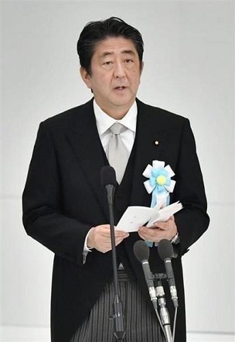 全国戦没者追悼式で式辞を述べる安倍首相=15日午前、東京・日本武道館