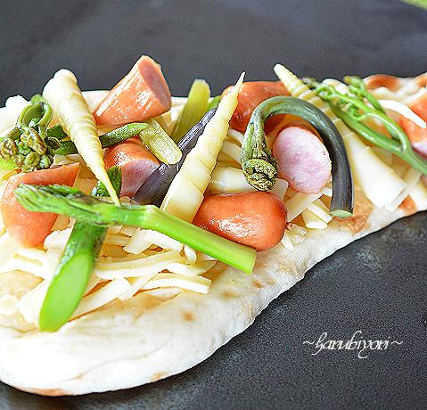 山菜ピザ風のナン準備