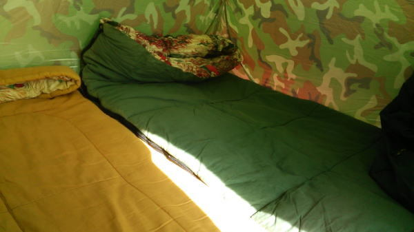 テント内のシュラフで3人