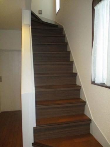 階段に壁紙張り