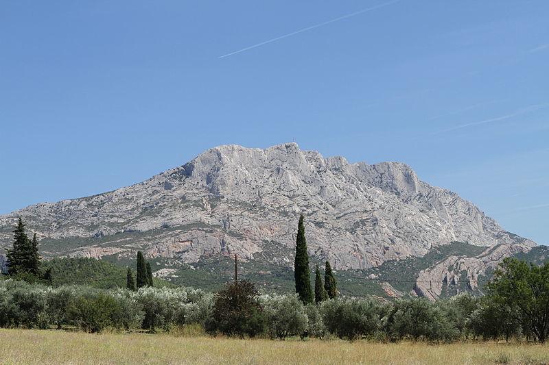 800px-Montagne_Sainte-Victoire_20110813_2.jpg