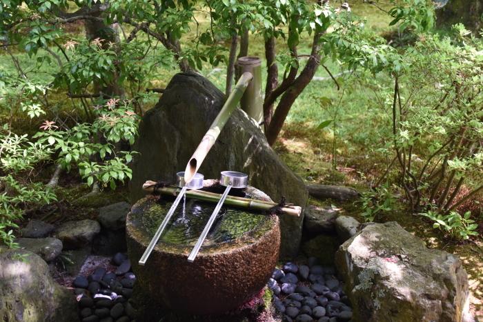 休憩所脇の手水鉢