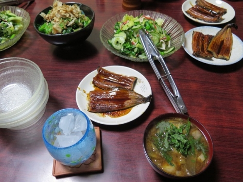 うなぎ、キュウリ菜の花キャベツの酢の物、ほうれん草のおひたし、揚げナスの味噌汁