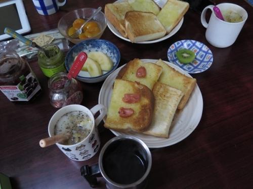 お昼ごパン(たらこトースト、スープ、杏トースト)