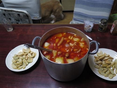 厚切りベーコンとソーセージと鶏肉のトマト煮、コパン