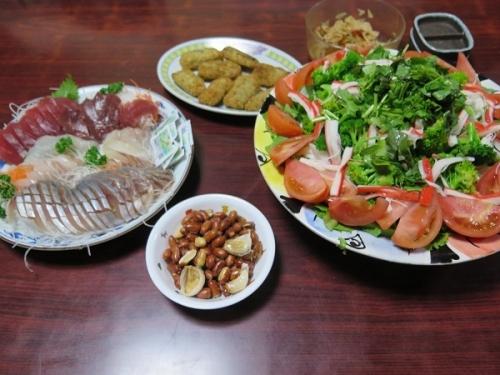 半額刺身、揚げピーナッツ、サバフライ、カニカマ入りサラダ